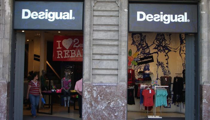 Desigual a clothing shop in barcelona that is not the same - Magasin design barcelone ...